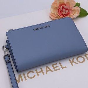 MICHAEL KORS LARGE DOUBLE ZIP WRISTLET PALE BLUE